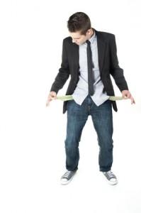 Hombre joven sin dinero en los bolsillos